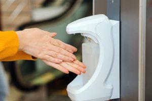 Dispensers, handgels en mondkapjes